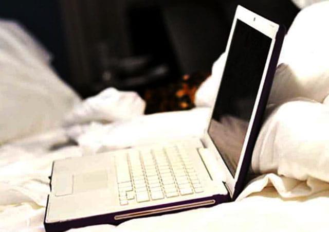 Jangan gunakan Laptop di atas kasur