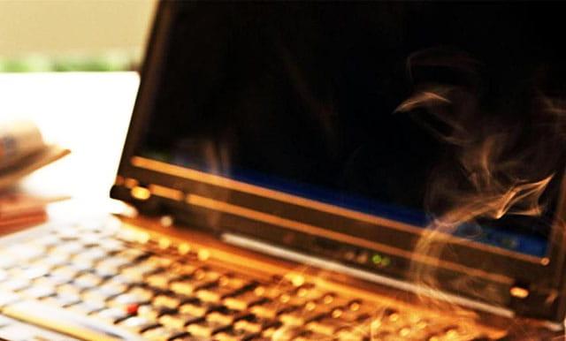 Memakai Laptop tanpa baterai dapat mengakibatkan korsleting dan kebakaran