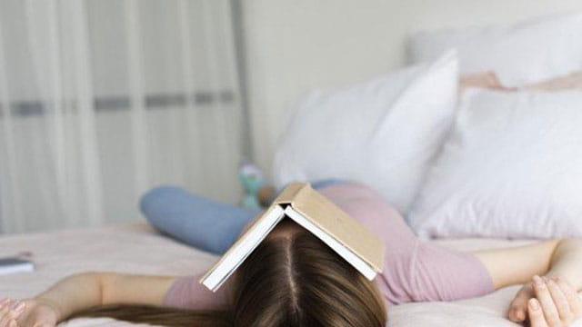 Bacalah buku saat bosa di rumah