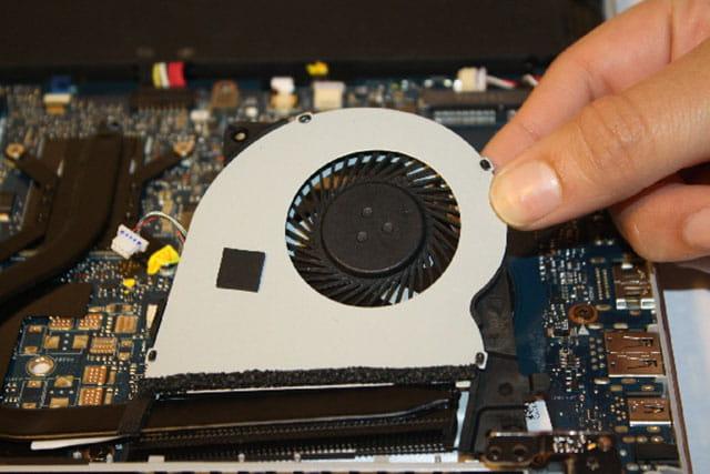 bersihkan bagian dalam laptop