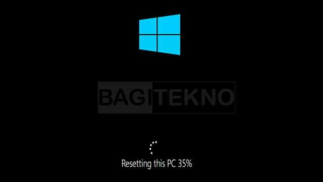 Laptop sedang mereset Windows 10